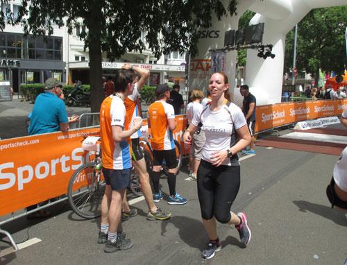 Samsung Running Team Läuferin beim Zieleinlauf