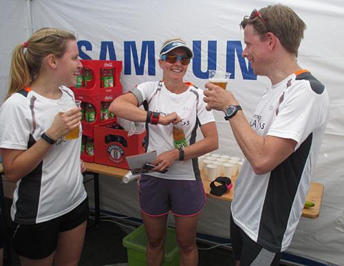 Läufer-Gespräche im Samsung-Zelt nach dem Wettkampf