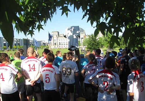 Start der Team-Staffel mit dem Reichstag im Hintergrund