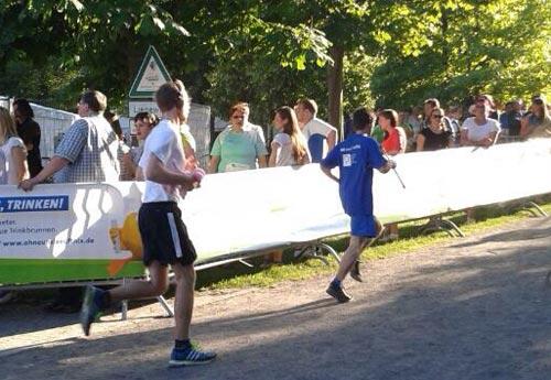 Erster Team-Läufer auf dem Weg zur Wechselzone
