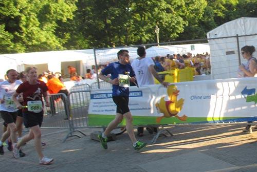 Zweiter Team-Läufer am ende seiner 5-km-Runde