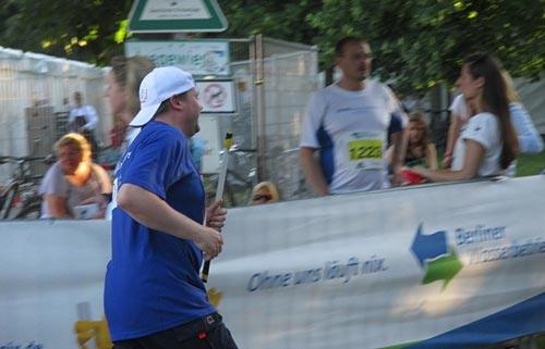 Dritter Team-Läufer auf dem Weg zum Wechsel