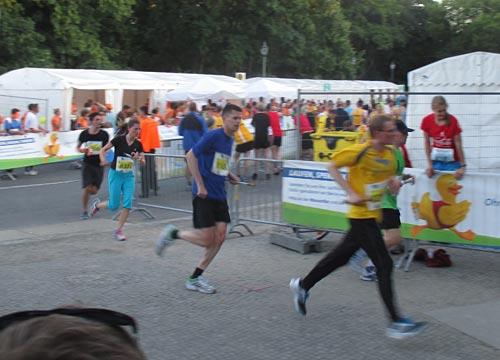 Der letzte Team-Läufer auf dem Weg zum Ziel