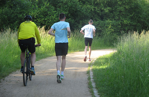 Läufer mit Radbegleitung im Freizeitpark Marienfelde