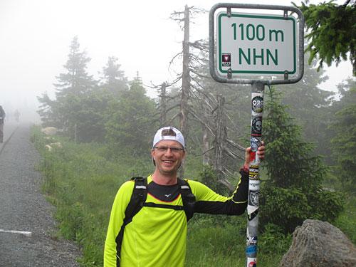 Laufblogger mit Schild: 1100 Meter über NN