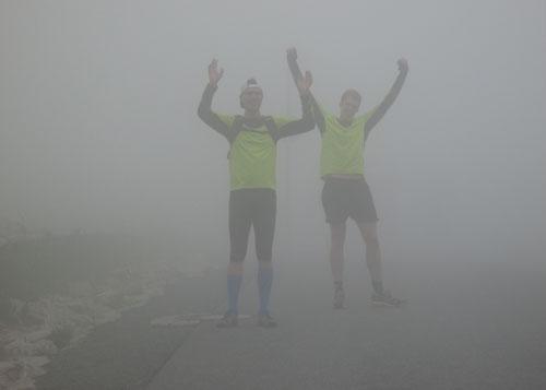 Jubelnde Läufer im Nebel auf dem Brocken