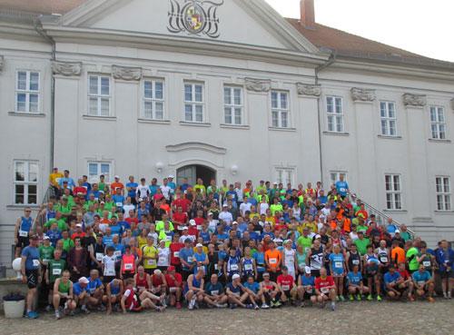 Großes Läufer-Gruppenbild aller Starter vor dem Schloss Hohenzieritz