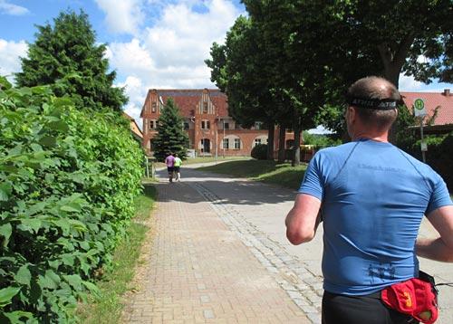 Läufer in einem Dorf