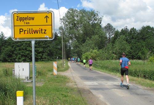 Das Halbmarathon-Läuferfeld verlässt Prillwitz