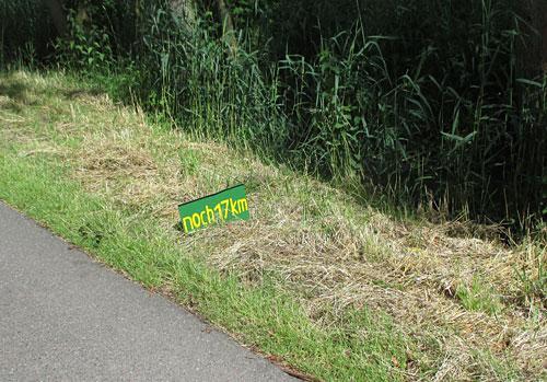 Ein kleines Schild am Wegesrand: Noch 17 km