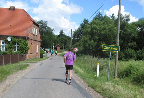 Die Halbmarathon-läufer erreichen Zippelow