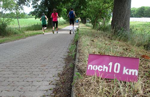 Kleines Schild am Streckenrand: Noch 10 km