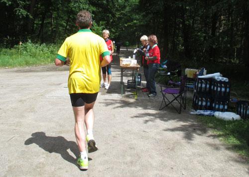 Läufer vor Getränkestand