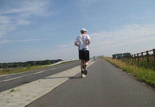 Läufer auf Brücke bei Waldblick