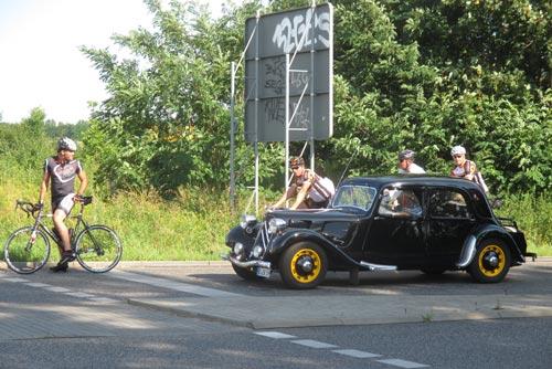 Oldtimer und Rennradfahrer an der Ampel