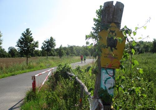 Läufer und Schild Naturschutzgebiet