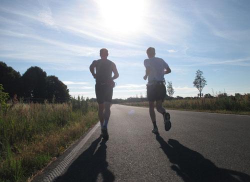 Läufer in der warmen Morgensonne