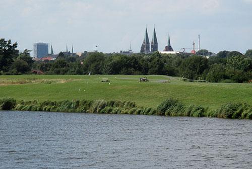 läufer-Blick über den werdersee zum Bremer Dom