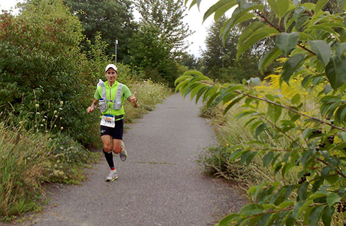 Ein 100-Meilen-von-Berlin-Läufer, derm ir auf dem Mauerweg entgegen kam