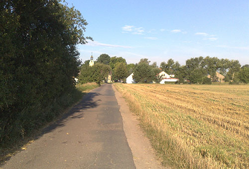 Läuferblick auf die Kirche in Ruhlsdorf
