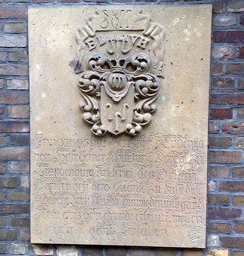 Gedenktafel zum Wiederaufbau der Bäkemühle im Jahr 1695
