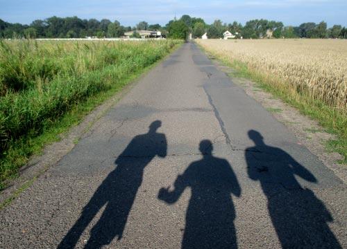 Schatten der Läufer auf dem Weg Richtung Ruhlsdorf