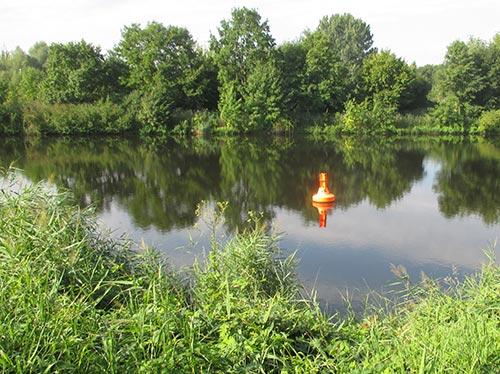 Boje auf dem Kanal