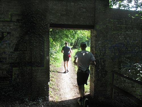 Laufen durch ein kleines Tor in der Mauer