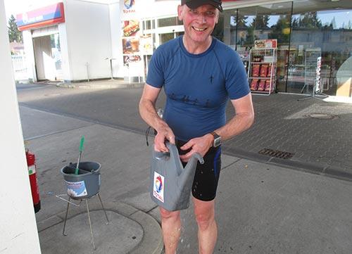 Läufer an Tankstelle