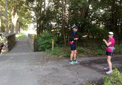Läufer zeigen den Weg zum Spargelfeld