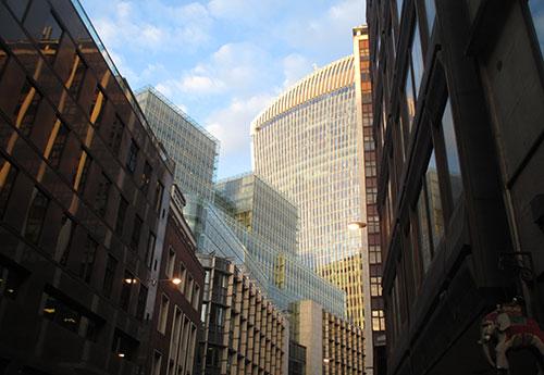 Läufer-Blick durch die Hochhaus-Schluchten von London