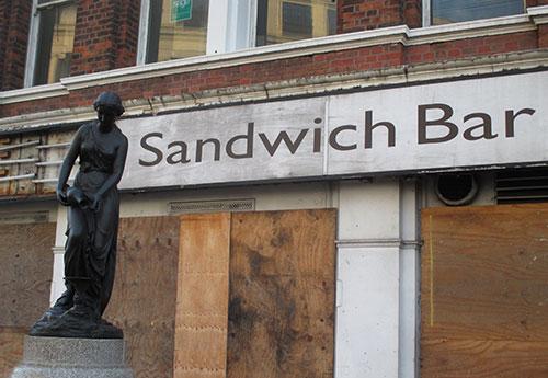 Statue vor geschlossener Sandwich Bar