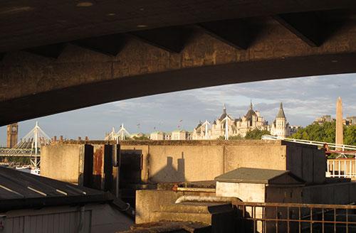 Blick unter der Brücke auf Big Ben und Gebäude am Victoria Embankment