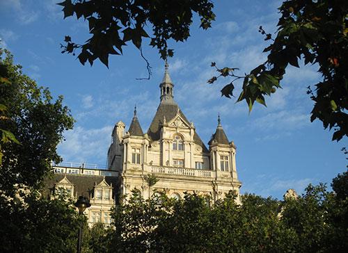 Prachtvolles Gebäude am Victoria Embankment