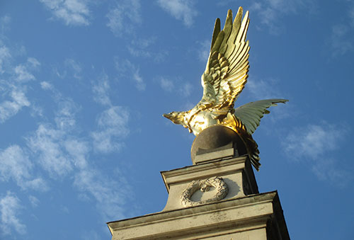 Royal Air Force Memorial mit goldenem Adler