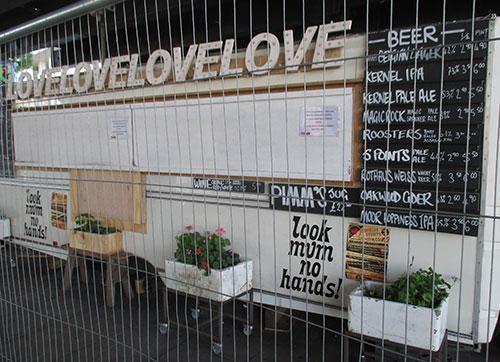 Geschäft mit Schrift Lovelovelove