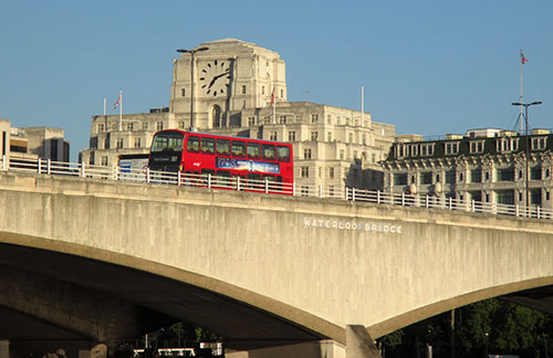 Roter London-Bus auf der Waterloo Bridge