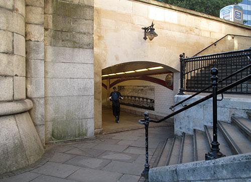 Läufer läuft in Unterführung der Blackfriars Bridge