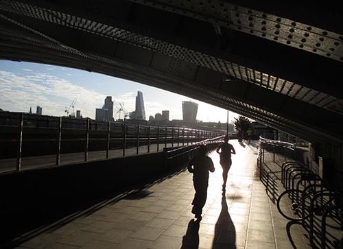 Läufer auf dem Queen's Walk an der Themse