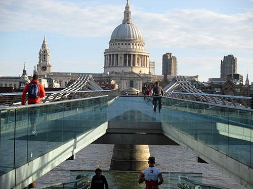 Blick über die Millenium Bridge auf St Paul's Cathedral