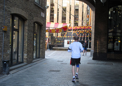 Läufer vor der Golden Hinde II