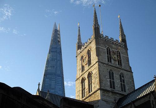 Turm der Southwark Cathedral vpr dem Wolkenkratzer The Shard