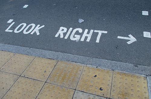 Warnung auf der Straße: Look right