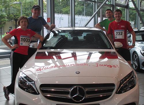 Läufer vor teurem Auto mit aufschrift Glückwunsch, Jungs