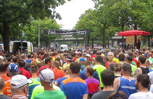 Läufer-Feld vor dem Start des Tegle-Halbmarathon 2014