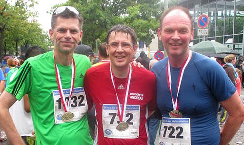 Drei Läufer im Ziel des Tegel-Halbmarathon 2014