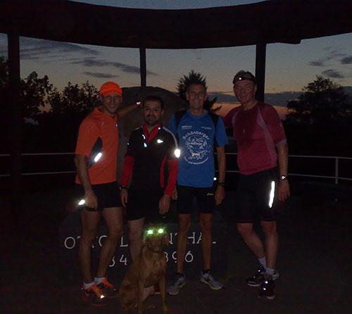 Läufer und Hund auf dem Lilienthal-Denkmal