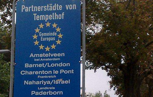 Schild Partnerstädte von Tempelhof