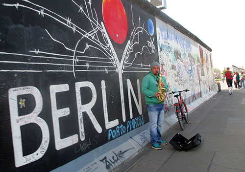 Musiker an der East Side Gallery