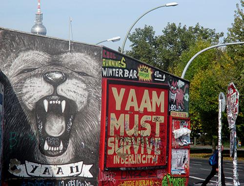 East Side Gallery: Löwenbild mit Fernsehturm im Hintergrund